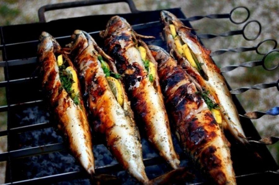 Такой шашлык из красной рыбки хорошо сочетается с полусухими винами, которые оттеняют его вкус и аромат.